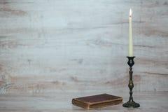 Παλαιό κηροπήγιο με ένα καίγοντας κερί Στοκ φωτογραφία με δικαίωμα ελεύθερης χρήσης