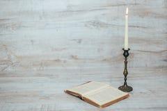 Παλαιό κηροπήγιο με ένα καίγοντας κερί Στοκ Εικόνα