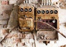 Παλαιό κιβώτιο θρυαλλίδων σε ένα παλαιό εγκαταλειμμένο εργοστάσιο στοκ εικόνα