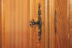 Παλαιό παλαιό κλειδί στην κλειδαριά Ξύλινα έπιπλα στοκ φωτογραφία με δικαίωμα ελεύθερης χρήσης