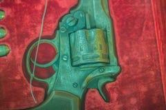 Παλαιό κοντό πυροβόλο όπλο περίστροφων στο κόκκινο υπόβαθρο κιβωτίων Εκλεκτής ποιότητας παλαιό πυροβόλο όπλο περίστροφων πιστολιώ Στοκ φωτογραφία με δικαίωμα ελεύθερης χρήσης