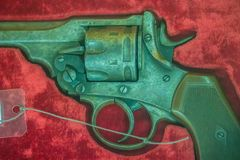 Παλαιό κοντό πυροβόλο όπλο περίστροφων στο κόκκινο υπόβαθρο κιβωτίων Εκλεκτής ποιότητας παλαιό πυροβόλο όπλο περίστροφων πιστολιώ Στοκ εικόνες με δικαίωμα ελεύθερης χρήσης