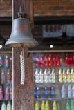 Παλαιό κουδούνι με το αναδρομικό ύφος διακοσμήσεων σημαδιών κόκα κόλα στοκ φωτογραφία