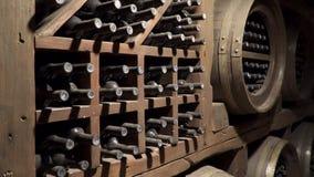 Παλαιό κρασί Δωμάτιο αποθήκευσης κρασιού απόθεμα βίντεο