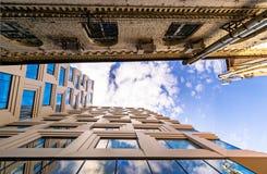 Παλαιό κτήριο και νέο το ένα δίπλα στο άλλο Στοκ φωτογραφίες με δικαίωμα ελεύθερης χρήσης