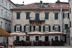 Παλαιό κτήριο καφέ πόλεων Kotor στοκ εικόνες
