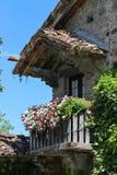Παλαιό κτήριο με το ξύλινο μπαλκόνι σε μεσαιωνικό Grazzano Visconti, Στοκ φωτογραφία με δικαίωμα ελεύθερης χρήσης