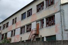 Παλαιό κτήριο με το σπασμένο γυαλί Στοκ εικόνες με δικαίωμα ελεύθερης χρήσης