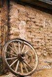 Παλαιό κτήριο πλίθας και ξύλινη ρόδα βαγονιών εμπορευμάτων στο Tucson Αριζόνα στοκ εικόνες με δικαίωμα ελεύθερης χρήσης