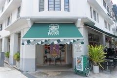 Παλαιό κτήριο στην οδό Eng Hoon, Σιγκαπούρη που ανακαινίζονται στον καφέ και το αρτοποιείο ονομασμένο κατάστημα Tiong Bahru Beker στοκ εικόνα με δικαίωμα ελεύθερης χρήσης