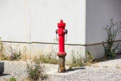 Παλαιό κόκκινο στόμιο υδροληψίας πυρκαγιάς στην οδό Πυρκαγιά hidrant για την πρόσβαση πυρκαγιάς έκτακτης ανάγκης Στοκ Φωτογραφίες