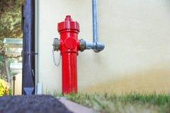 Παλαιό κόκκινο στόμιο υδροληψίας πυρκαγιάς στην οδό Πυρκαγιά hidrant για την πρόσβαση πυρκαγιάς έκτακτης ανάγκης Στοκ εικόνα με δικαίωμα ελεύθερης χρήσης