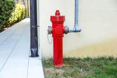 Παλαιό κόκκινο στόμιο υδροληψίας πυρκαγιάς στην οδό Πυρκαγιά hidrant για την πρόσβαση πυρκαγιάς έκτακτης ανάγκης Στοκ εικόνες με δικαίωμα ελεύθερης χρήσης