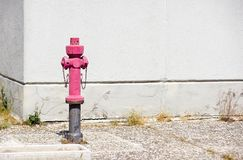 Παλαιό κόκκινο στόμιο υδροληψίας πυρκαγιάς στην οδό Πυρκαγιά hidrant για την πρόσβαση πυρκαγιάς έκτακτης ανάγκης Στοκ φωτογραφία με δικαίωμα ελεύθερης χρήσης