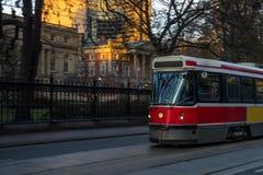 Παλαιό κόκκινο τραμ στην κίνηση Στοκ φωτογραφία με δικαίωμα ελεύθερης χρήσης