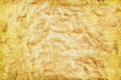 Παλαιό λεπτό χρυσό χρώμα σύστασης στο συμπαγή τοίχο στα άνευ ραφής τραχιά σχέδια για το υπόβαθρο στοκ φωτογραφίες με δικαίωμα ελεύθερης χρήσης