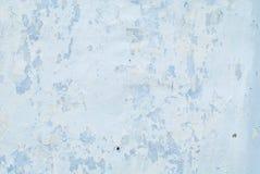 Παλαιό λευκό με τον μπλε τοίχο με τις ρωγμές για το υπόβαθρο ή τη σύσταση οριζόντιο Στοκ εικόνα με δικαίωμα ελεύθερης χρήσης