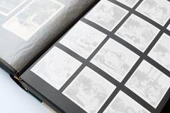 Παλαιό λεύκωμα φωτογραφιών με τις κενές φωτογραφίες Στοκ φωτογραφίες με δικαίωμα ελεύθερης χρήσης