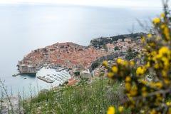 Παλαιό λιμάνι Dubrovnik και της πόλης άνωθεν και των νησιών της Κροατίας στοκ εικόνες