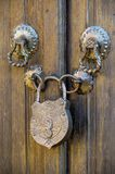 Παλαιό λουκέτο μετάλλων σε μια ξύλινη πόρτα στοκ εικόνα