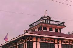 Παλαιό μέγαρο με τη φιλιππινέζικη σημαία στοκ εικόνα με δικαίωμα ελεύθερης χρήσης
