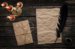 Παλαιό μήνυμα επιστολών Τσαλακωμένο κενό φύλλο σελίδων εγγράφου με το στυλό και το μελάνι φτερών καλά Στοκ Εικόνα