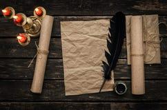 Παλαιό μήνυμα επιστολών Τσαλακωμένο κενό φύλλο σελίδων εγγράφου με το στυλό και το μελάνι φτερών καλά Στοκ Εικόνες