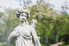 Παλαιό μαρμάρινο άγαλμα της Diana, θεά του κυνηγιού, του φεγγαριού, και της φύσης, πάρκο Ηλιόλουστη ημέρα άνοιξη, θηλυκός κυνηγός Στοκ Εικόνες
