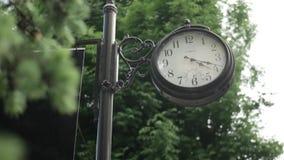 Παλαιό μαύρο ρολόι στο sity απόθεμα βίντεο