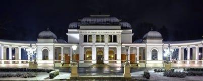 Παλαιό μεγάλο μέγαρο τη νύχτα Στοκ εικόνα με δικαίωμα ελεύθερης χρήσης