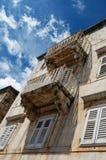 Παλαιό μεσογειακό σπίτι με τα μπαλκόνια και τους τυφλούς παραθύρων στο βαθύ μπλε ουρανό στοκ εικόνες με δικαίωμα ελεύθερης χρήσης