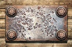 Παλαιό μεταλλικό πιάτο στον ξύλινο τοίχο στοκ φωτογραφία