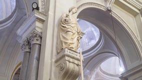 Παλαιό μνημείο στην Ευρώπη Παλαιό γλυπτό σε μια από την πόλη της Ευρώπης απόθεμα Αρχαίο διάσημο άγαλμα φιλμ μικρού μήκους