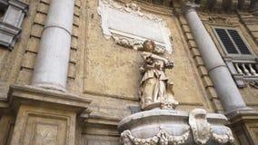 Παλαιό μνημείο στην Ευρώπη Παλαιό γλυπτό σε μια από την πόλη της Ευρώπης απόθεμα Αρχαίο διάσημο άγαλμα απόθεμα βίντεο