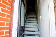 Παλαιό να ανεβεί σκαλών στο διαμέρισμα Στοκ φωτογραφίες με δικαίωμα ελεύθερης χρήσης
