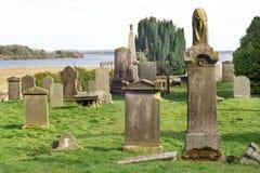 Παλαιό νεκροταφείο κοντά στις τράπεζες της λίμνης Leven στη Σκωτία, λίμνΠστοκ εικόνα