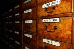Παλαιό ντουλάπι φαρμακείων για τα φάρμακα, αναδρομικό ύφος, ξύλινο κιβώτιο Στοκ Φωτογραφίες