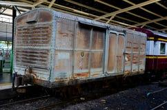 Παλαιό ξεπερασμένο ταϊλανδικό boxcar ραγών που σταθμεύουν στην πλατφόρμα Hua Lamphong Μπανγκόκ Ταϊλάνδη σταθμών στοκ εικόνες με δικαίωμα ελεύθερης χρήσης