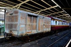 Παλαιό ξεπερασμένο ταϊλανδικό boxcar ραγών που σταθμεύουν στην πλατφόρμα Hua Lamphong Μπανγκόκ Ταϊλάνδη σταθμών στοκ φωτογραφία με δικαίωμα ελεύθερης χρήσης