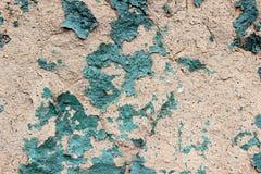 Παλαιό ξεφλουδισμένο χρώμα στον παλαιό ραγισμένο τοίχο πετρών Στοκ Εικόνες