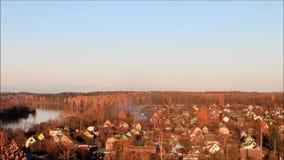 παλαιό ξεχαρβαλωμένο χωριό σπιτιών φθινοπώρου απόθεμα βίντεο