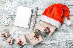 Παλαιό ξύλινο άσπρο υπόβαθρο Αφήστε ` s να πάει σε Santa Ευχετήρια κάρτα Χριστουγέννων, χειροποίητα στοιχεία Στοκ Φωτογραφία