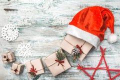 Παλαιό ξύλινο άσπρο υπόβαθρο Επιστολή στο μήνυμα Santa ` s Ευχετήρια κάρτα Χριστουγέννων, χειροποίητα στοιχεία Στοκ φωτογραφία με δικαίωμα ελεύθερης χρήσης