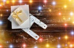 Παλαιό ξύλινο έλκηθρο παιχνιδιών με τα κιβώτια δώρων στο ξύλινο υπόβαθρο Στοκ Εικόνα