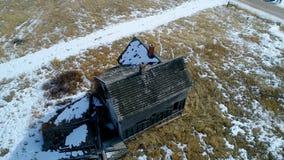 Παλαιό ξύλινο αγροτικό σπίτι στο χειμώνα λιβαδιών απόθεμα βίντεο
