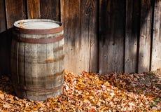 Παλαιό ξύλινο βαρέλι ενάντια στους πίνακες τοίχου το φθινόπωρο Στοκ Φωτογραφίες