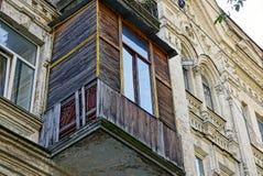 Παλαιό ξύλινο μπαλκόνι με ένα παράθυρο στον τοίχο ενός γκρίζου σπιτιού Στοκ εικόνες με δικαίωμα ελεύθερης χρήσης