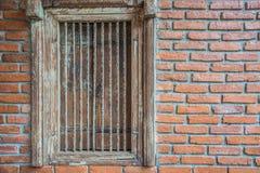 Παλαιό ξύλινο παράθυρο με τον πορτοκαλή τοίχο Στοκ φωτογραφίες με δικαίωμα ελεύθερης χρήσης