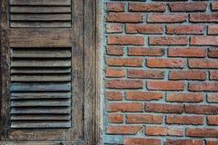 Παλαιό ξύλινο παράθυρο με τον παλαιό τουβλότοιχο Στοκ φωτογραφία με δικαίωμα ελεύθερης χρήσης