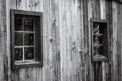 Παλαιό ξύλινο παράθυρο που καλύπτεται με τον Ιστό αραχνών ` s στο παλαιό ξύλινο wa Στοκ φωτογραφία με δικαίωμα ελεύθερης χρήσης
